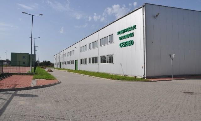 Nowy zakład kupiony przez Henryka Migacza ma bardzo dobre usytuowanie. Przy firmie biegnie asfaltowa droga, niedaleko jest linia kolejowa, a 12 kilometrów dalej autostrada A4. Hala produkcyjna zajmuje około 6 tysięcy metrów kwadratowych i jest zbliżona powierzchniowo do hal Migacza w Kuzkach.