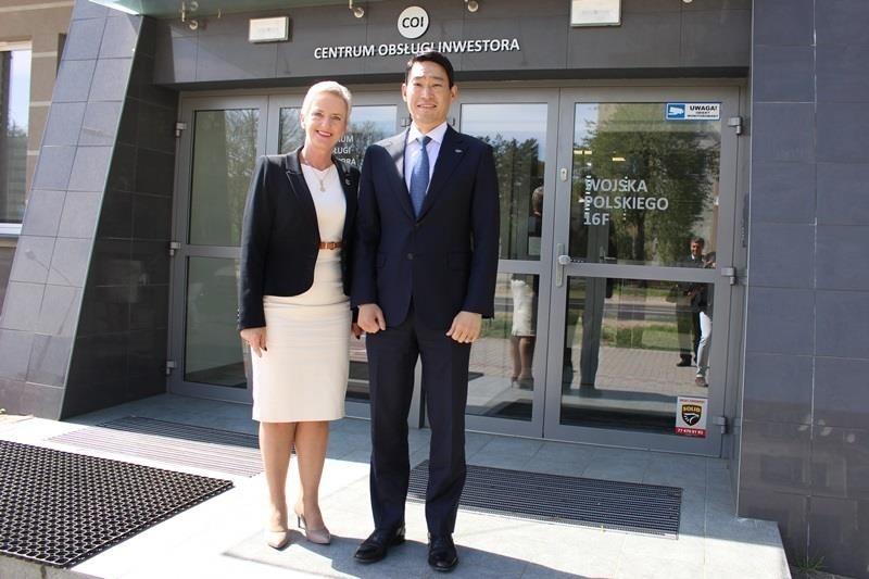 Prezydent Sabina Nowosielska z przedstawicielem inwestora.