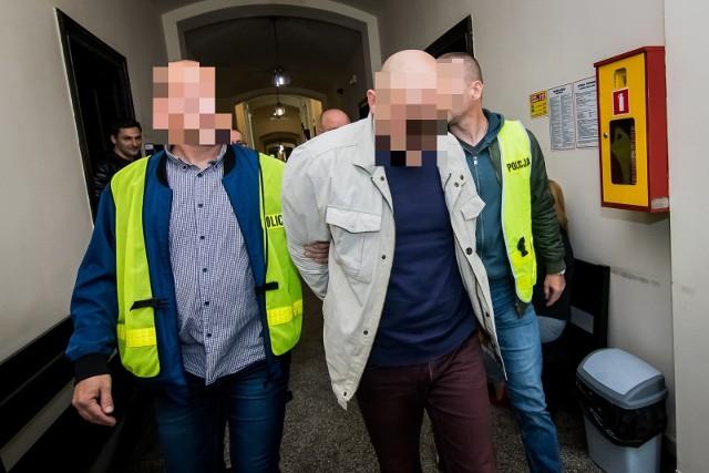 Sąd podczas czwartkowego posiedzenia zdecydował, że wójt gminy Białe Błota pójdzie do aresztu.Prokuratora Okręgowa w Bydgoszczy wnioskowała o areszt  na trzy miesiące. Sąd nie przychylił się jednak do wniosku i zasądził areszt dwumiesięczny.Przypomnijmy, prokurator przedstawił wójtowi zarzut korupcji, za który grozi kara 10 lat więzienia. To właśnie z uwagi na wagę zarzutu i obawę matactwa, śledczy chcieli zatrzymać Macieja K. w celi.CZYTAJ WIĘCEJ: Wójt Białych Błot oskarżony o korupcję;nf