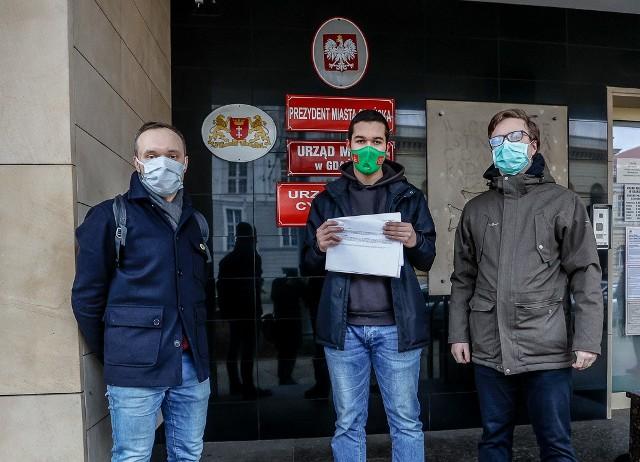 Mieszkańcy Gdańska złożyli w poniedziałek, 28.12.2020 r. petycję w Urzędzie Miejskim ws. chodnika na terenie powstającej szkoły na Zaspie