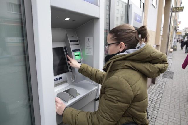 """W sieci można natknąć się na wiele niepokojących wpisów, które sugerują, że """"w związku z koronawirusem, w bankomatach i bankach zabraknie pieniędzy"""". Narodowy Bank Polski uspokaja - gotówki wystarczy dla wszystkich klientów banków."""