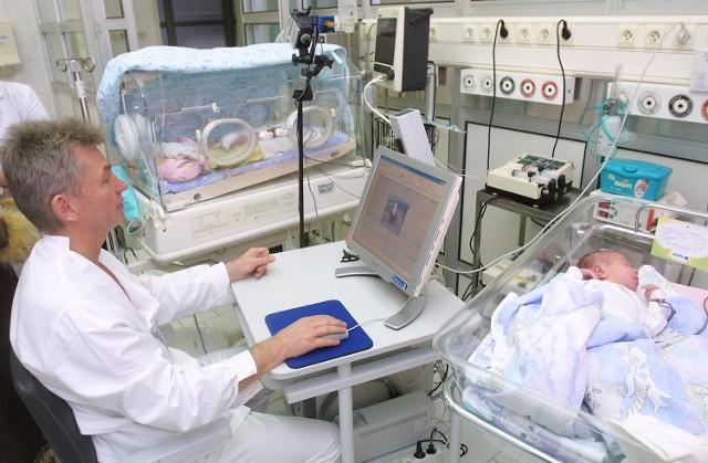 Polineurografia rejestrująca jednocześnie pracę mózgu i serca, oraz zapis video jest szansą dla wielu wcześniaków na normalny, pełny rozwój. Na zdjęciu adiunkt Jacek Rudnicki w trakcie badania 830-gramowego wcześniaka.