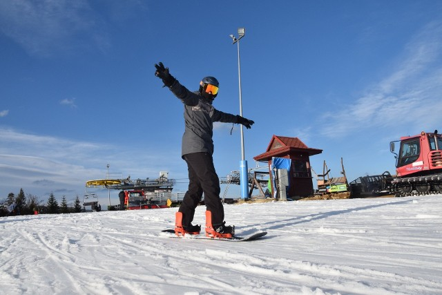 Warunki narciarskie w Beskidach. Mimo że w Beskidach od kilku dni panuje słoneczna, wiosenna pogoda, a w dolinach śniegu już praktycznie nie ma, to ośrodki narciarskie m.in. w Wiśle, Szczyrku, Istebnej czy Korbielowie pracują pełną parą. W jednych śniegu jest mniej, w innych więcej, ale wszystkie starają się nadrobić czas, kiedy z powodu obostrzeń sanitarnych były pozamykane na cztery spusty.Sprawdź aktualne warunki narciarskie na konkretnych stacjach w Beskidach. Przesuń w PRAWO>>>