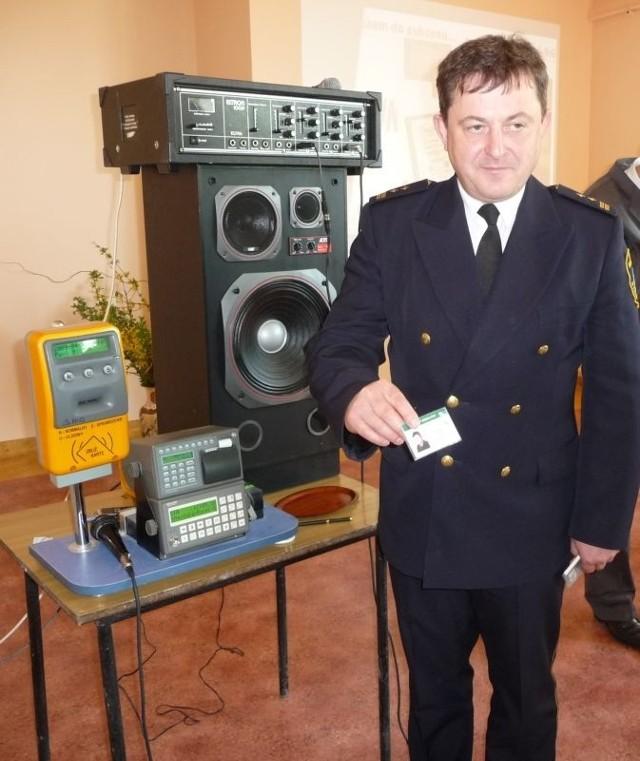 Komendant starachowickiej Straży Miejskiej Marek Uliński odebrał dziś swój elektroniczny bilet. Straż Miejska jest uprawniona do bezpłatnych przejazdów