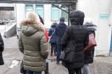 Kolejka do punktu badań na koronawirusa w centrum Łodzi. Drugi dzień testowania nauczycieli na covid. Do szkół spływają pierwsze wyniki