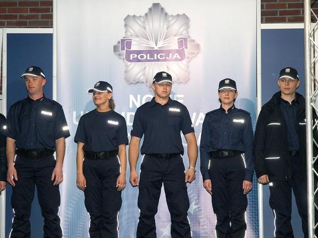 Strój jest granatowy i składa się z czapki bejsbolówki, koszuli, swetra, kurtki oraz spodni bojówek. Na odzieży umieszczone są srebrne, odblaskowe elementy w postaci lamówek i napisów Policja.