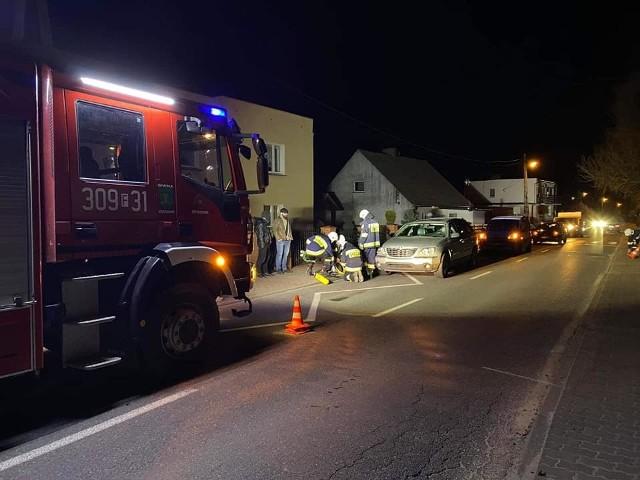 Strażacy ochotnicy z Kłodawy ratowali psa, który utknął pod samochodem.