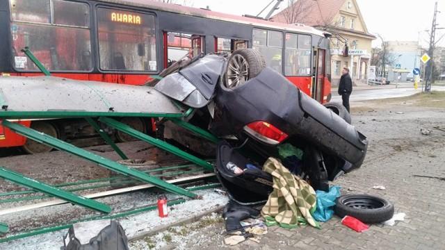 Szokujący wypadek w Rudzie Ślaskiej: bmw zmiażdżyło przystanek tramwajowy