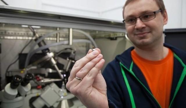 Ponad 3 mln zł otrzyma na swoje na badania dr Krzysztof Brzeziński z Instytutu Chemii Uniwersytetu w Białymstoku! Znalazł się wśród laureatów konkursu SONATA BIS rozstrzygniętego przez Narodowe Centrum Nauki. Badania będą dotyczyły lekooporności pałeczki ropy błękitnej – bakterii numer dwa na aktualnej liście ogólnoświatowych zagrożeń mikrobiologicznych opublikowanej przez Światową Organizację Zdrowia.