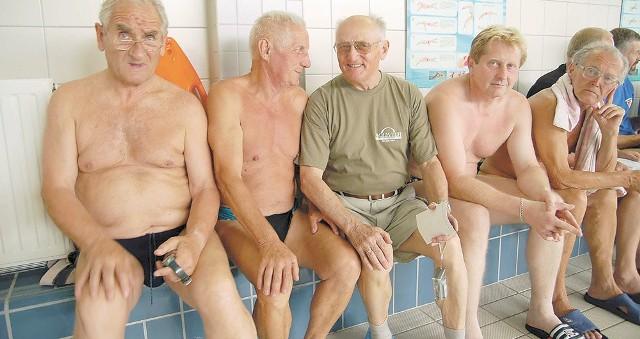 Zbigniew Ludwiczak (w koszulce) nie tylko startuje w zawodach mastersów, ale też coraz więcej czasu poświęca organizacji imprez pływackich.