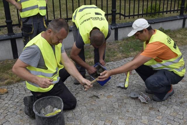 Jabłcusiowy Szlak powstaje w Skierniewicach. Wyznaczają go wmurowane w chodnik stopy Jabłcusia, wykonane ze srebrzystej stalowej blachy w kształcie jabłek. Montują je pracownicy firmy Ecotherm.