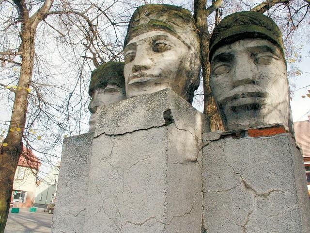 Trzy granitowe głowy z pomnika Powstańców Śląskich w Leśnicy są porośnięte mchem i glonami. Nie lepiej wyglądają inne patriotyczne postumenty w województwie.