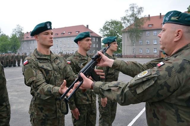 W piątek, 11 maja, żołnierzom turnusu służby przygotowawczej, organizowanego w 5 pułku artylerii, uroczyście wręczono broń. Aktu wręczenia dokonał dowódca płk Jacek Kiliński.