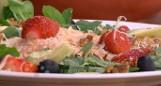 Truskawkowe szaleństwo w kuchni Darii Ładochy, czyli przepisy na pieczonego łososia, sałatkę z kozim serem, chłodnik i tartę