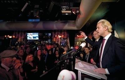 Geert Wilders podczas wiecu w Almere Fot. EPA/Robin Van Lonkhuijsen