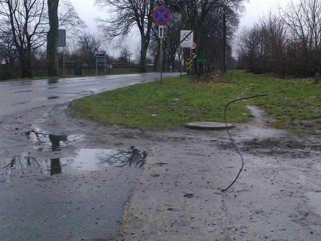 Pręt, który wystaje z drogi na wysokość około jednego metra, zostanie szybko usunięty.