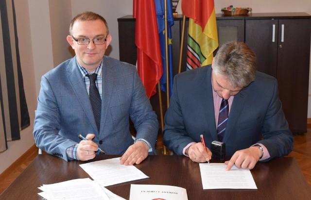 Umowę podpisał starosta łowicki Marcin Kosiorek oraz prezes fundacji Tomasz Parol.
