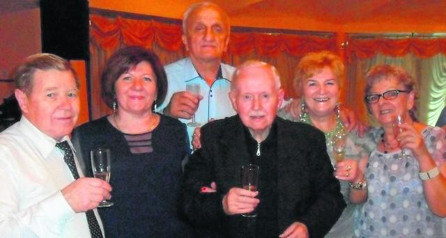 """Szampan i """"100 lat!"""" - Zdzisław Kuliś (w środku) na spotkaniu andrzejkowym przyjmował życzenia także... na konto swoich imienin. Popularny """"Buchalter"""" szykuje wielką niespodziankę - na nowy rok."""