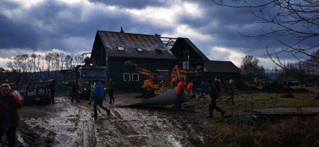 Społeczne sprzątanie posesji, która ucierpiała w pożarze zorganizowano 8 stycznia. Odzew był ogromny. Za porządkowanie zabrakło się aż ok. 50 osób, m.in. strażacy z jednostki OSP w Gdowie, mieszkańcy, panie z gdowskiego Koła Gospodyń Wiejskich i znajomi właścicielki zniszczonej stadniny