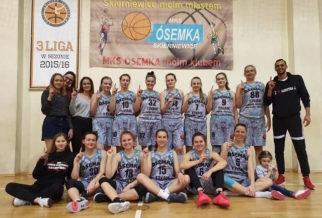 Koszykarki Ósemki Skierniewice nie przegrały żadnego meczu w drugiej lidze. Trener Adrian El-Ward (od prawej) jest dumny