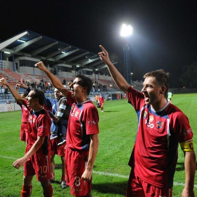 Piłkarze Odry Opole cieszą się z wygranej.