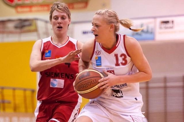 Justyna Daniel (z piłką) zdobyła w środowym meczu najwięcej punktów dla brzeskiego zespołu.