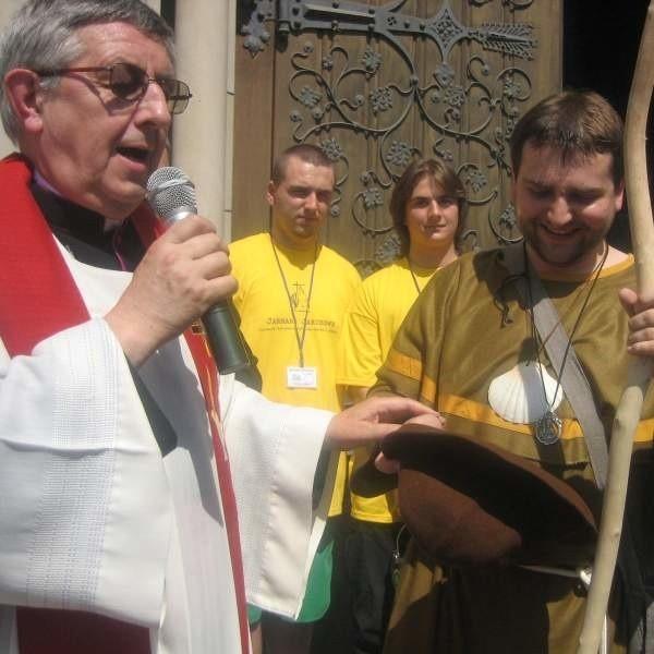 Tradycyjnie już jarmark otworzył św. Jakub, którego powitał sam proboszcz nyskiej katedry Mikołaj Mróz (z lewej).