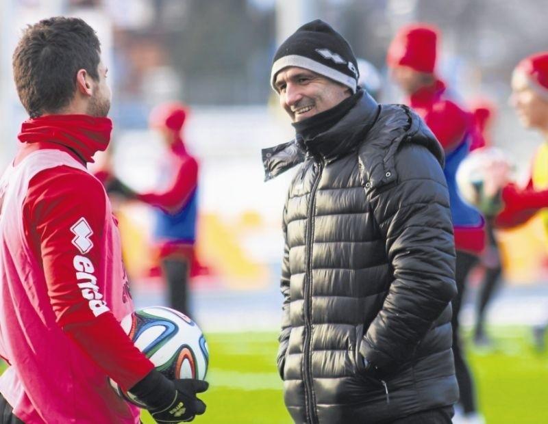 Trener Jagi Michał Probierz na pierwszych tegorocznych zajęciach starał się zarazić swoich piłkarzy optymizmem
