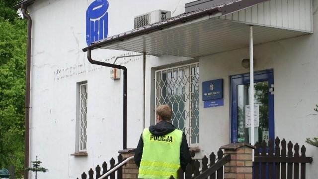 Wczoraj po napadzie w oddziale banku do późnych godzin wieczornych pracowali eksperci kryminalistyki. Zbierali dowody, mające pomóc w znalezieniu sprawców.