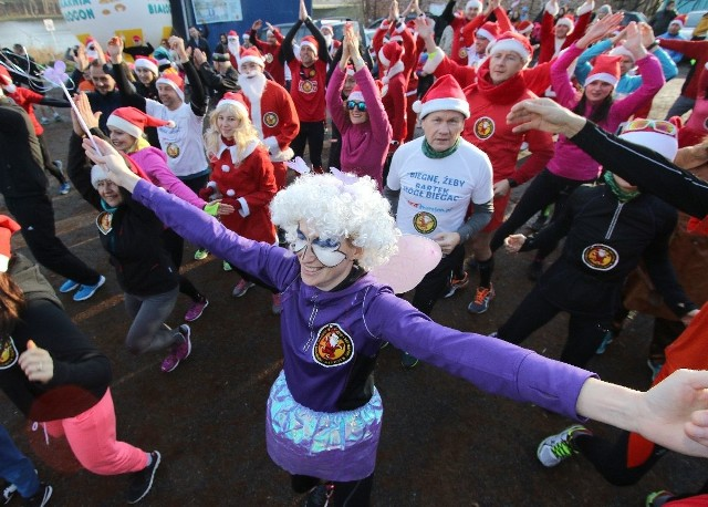 W trzecim mikołajkowym biegu zorganizowanym przez Stowarzyszenie sieBiega wzięło udział około 150 osób. Niemal wszyscy w przebraniach lub przynajmniej w mikołajkowych czapkach.