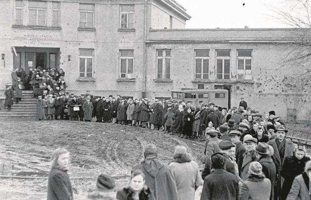 Kolejka do lokalu wyborczego przy ul. Grochowskiej w Warszawie.