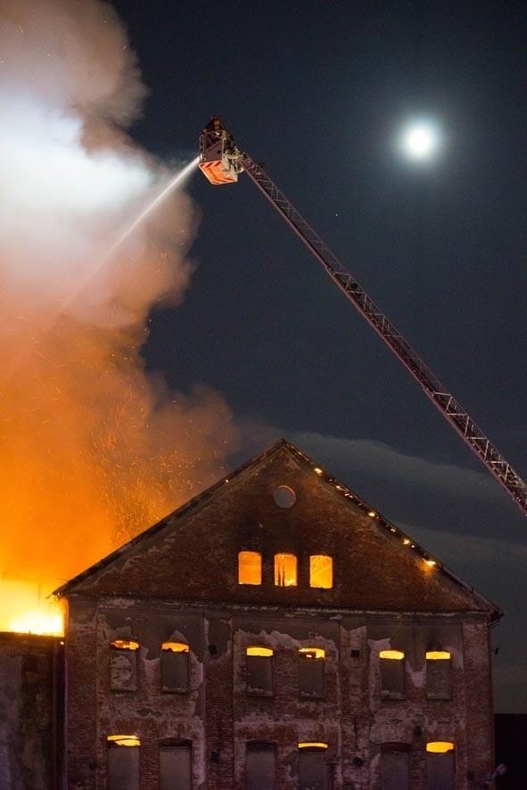 Niedziela 05.04Polska, Tarnów. Strażacy gaszą pożar, który wybuchł w nocy w centrum Tarnowa. Spłonął stary Młyn Szancera.