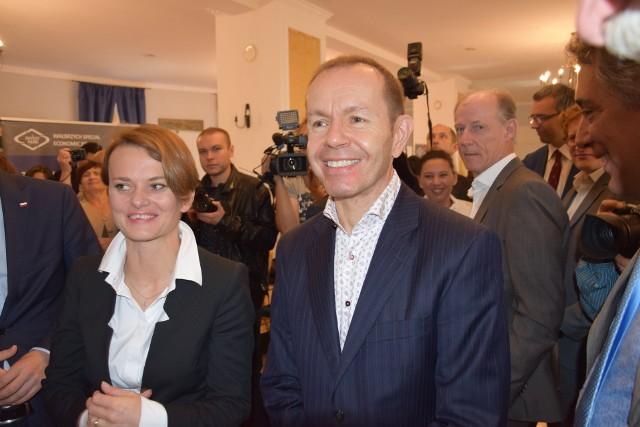 Prezes  Umicore Marc Grynberg przed rokiem ogłosił w Nysie decyzję o budowie zakładu. Obok Jadwiga Emilewicz, minister przedsiębiroczości.