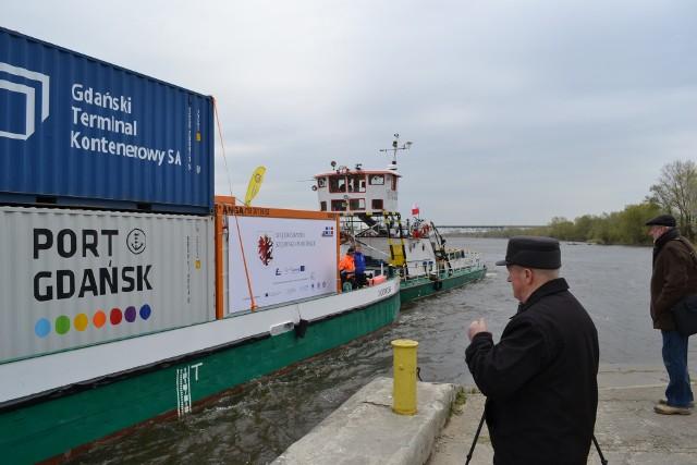 Do tego nabrzeża w Chełmnie dopłynie pierwszy wiślany transport wypełnionych towarem kontenerów, które zostaną przeładowane na tiry i pojadą do odbiorców. Podobny rejs odbył się 2017 roku (na zdjęciu), ale wtedy kontenery były puste. Chodziło o sprawdzenie czy żegluga dziką rzeką w ogóle jest możliwa. Transport dopłynął aż do Warszawy