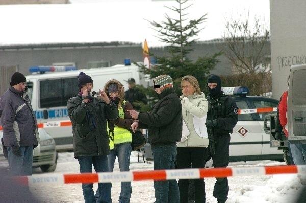 Zatrzymanie i wizja lokalna w JaślePolicja aresztowala podejrzanych o morderstwo Bronislawy Raclawskiej z Jasla. Trzej to mieszkancy Jasla, jeden z Krajowic, miejscowości pod Jaslem.