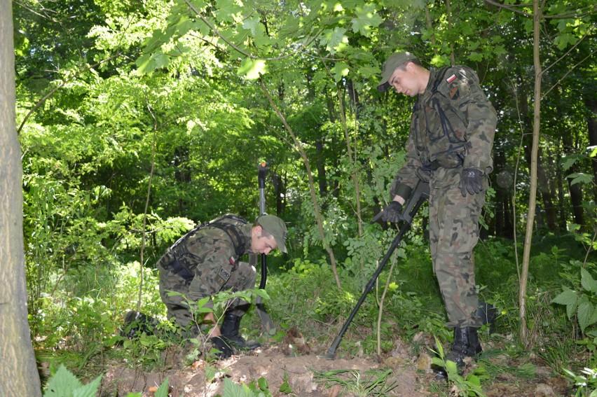 Przez trzy tygodnie żołnierze z I Pułku Saperów w Brzegu  sprawdzali teren dawnego majątku ziemskiego Scharfenberg za pomocą m.in. wykrywaczy metalu.