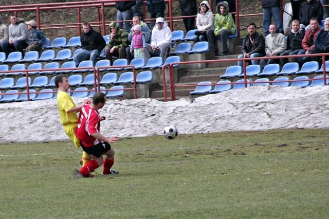 Piłkarze Syrenki Roźwienica (na czerwono) prowadzili z Czuwajem 1-0, ale ostatecznie musieli się podzielić punktami z rywalem.