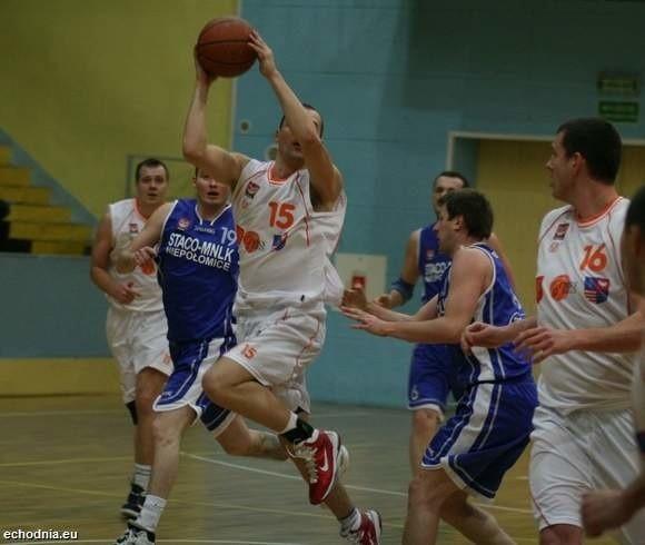 Artur Busz (z piłką) rozegrał w Piekarach znakomite zawody. Zdobył 24 punkty, cztery razy trafił z dystansu, miał także 8 zbiórek.