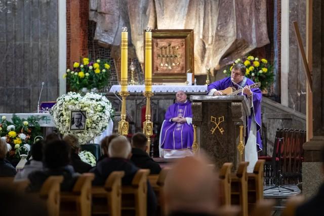 Dziś rodzina, przyjaciele i znajomi zebrali się w Bazylice pw. św. Wincentego a Paulo na mszy w intencji zmarłego