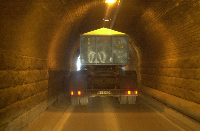 Tunel im. gen. Fieldorfa Nila wraz z nowymi ulicami został oddany do użytku w 2004 roku. Był to pierwszy duży projekt w Białymstoku zrealizowany z udziałem środków Unii Europejskiej. Tunel zdecydowanie poprawił połączenie południowo-zachodniej części miasta ze śródmieściem. Niestety, gdy w Białymstoku mocniej popada, tunel jest zalewany i staje się nieprzejezdny. Zobaczcie, jak jego budowa wyglądała w 2003 roku.