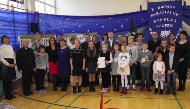 Organizatorzy i jury konkursu z laureatami.