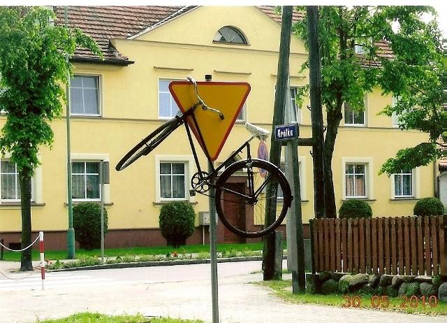 - Czy ten żart lub akt manifestacji to próba zwrócenia uwagi na problem braku drogi rowerowej łączącej Zbąszynek ze Zbąszyniem? - pyta Zdzisław Lisek, autor zdjęcia