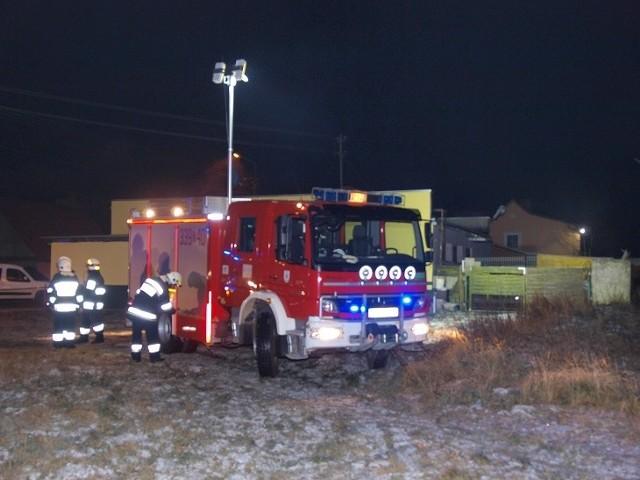 W środę około godz 22 w miejscowości Dunowo (powiat Koszalin, gmina Świeszyno) wybuchł pożar na tyłach sklepu. Na miejsce zadysponowano cztery zastępy straży pożarnej. Ogień pojawił się za sklepem więc istniało poważne zagrożenie dla budynku,  na szczęście strażacy błyskawicznie opanowali sytuacje. Jak udało nam się nieoficjalnie ustalić do pożaru doszło w wyniku zaniedbania, ktoś wysypał gorący popiół od którego zajęły się śmieci a następnie mała przyczepka która uległa częściowemu spaleniu. Na szczęście nikt nie ucierpiał.