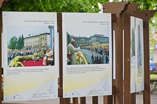 """Niepołomicką wystawę zaprezentowano w centrum parku, w """"Małej Galerii pod Dębem Wolności"""""""