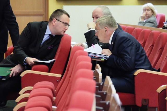 Prezydenci Tadeusz Truskoalski i Rafał Rudnicki byli w poniedziałek publicznie chwaleni przez radnego PiS Zbigniewa Brożka za połączenie CLZ z BOK