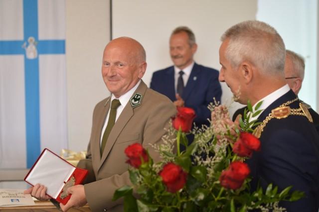 Mirosław Pałczyński przyjął tytuł honorowego obywatela Tucholi od burmistrza Kowalskiego