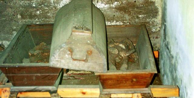 Krypta w kaplicy rodziny Steinertów w Zakałczu. Przez okienko dostrzec można zmumifikowane ciała kobiety i mężczyzny. Ktoś pozbawił ich głów.