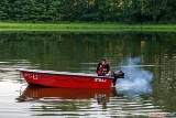 Strażacy wciąż pracują na zanieczyszczonym ropą stawie w Rogowie