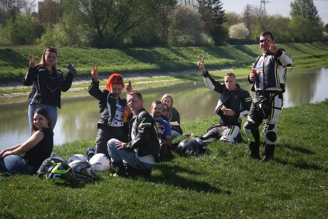 Setki motocyklistów zjawiły się dziś na parkingu Hali Podpromie w Rzeszowie, by oficjalnie rozpocząć sezon. Było Motocyklowe Topienie Marzanny, parada ulicami Rzeszowa, pokazy. Z uczestnikami zlotu spotkali się rzeszowscy policjanci, by promować bezpieczną jazdę.