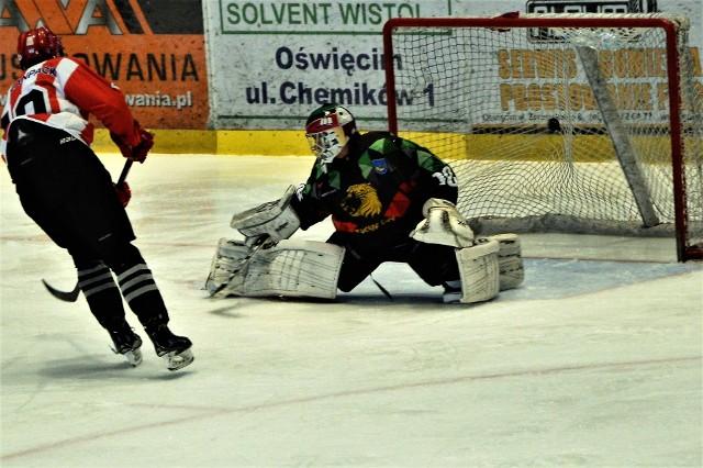 Sebastian Brynkus strzela z karnego gola dla MKS Cracovia, który jednak ostatecznie przegrał z MOSM Tychy 2:4